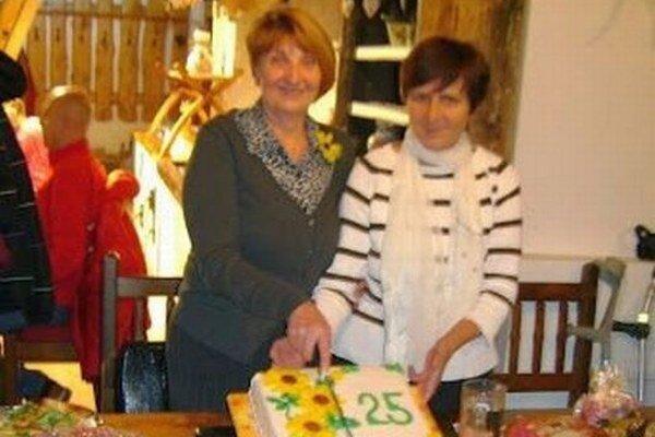 Na stretnutí k výročiu vzniku klubu rozkrojili aj tortu.