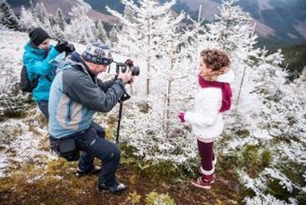 Zimnú náladu Piesne Vianoc umocňovala panoráma Nízkych Tatier, ktorá vystupovala nad husté oblaky.