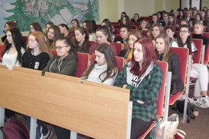 Zdalo sa, že dievčatá netradičná prednáška odborníkov zaujala.