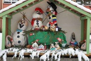 Snehuliakom v záhrade ZŠ Martina Kukučína v Dolnom Kubíne sneh určite nevadí.