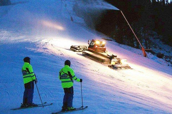Hliadka na lyžiach dohliada aj na to, aby po záverečnej hodine na zjazdovkách neboli ľudia, ktorí by mohli prísť do kolízie s ratrakom.