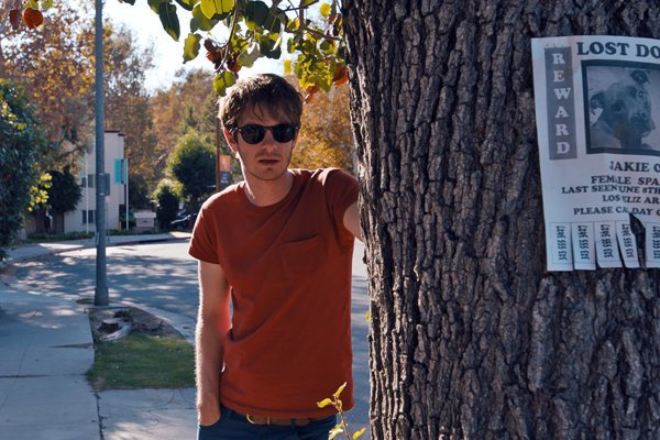 Andrew Garfield vo filme Záhada Silver Lake.