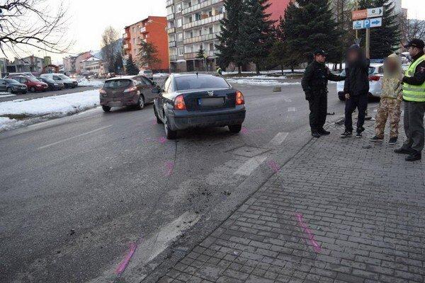 Po náraze do budovy neďaleko autobusovej zastávky auto odrazilo opäť na cestu.