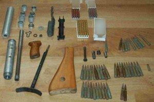Policajti našli u muža v dome viac ako 200 nábojov a rôzne časti strelných zbraní.