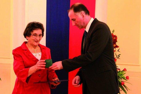 Alžbete Jackovej odovzdal vroku 2011 vtedajší minister školstva Eugen Jurzyca medailu sv. Gorazda.