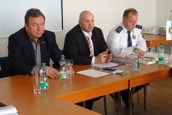 Novým náčelníkom liptovskomikulášskej mestskej polície je Marián Jančuška (v strede). Ján Blcháč (vľavo) ho dnes uviedol do funkcie. Jeho zástupcom je Igor Petra (vpravo).