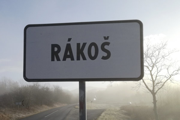Na snímke dopravná značka obce Rákoš.