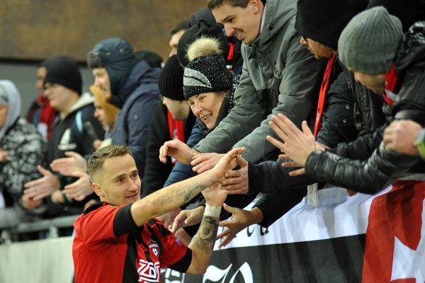 Erik Grendel ďakuje fanúšikom.