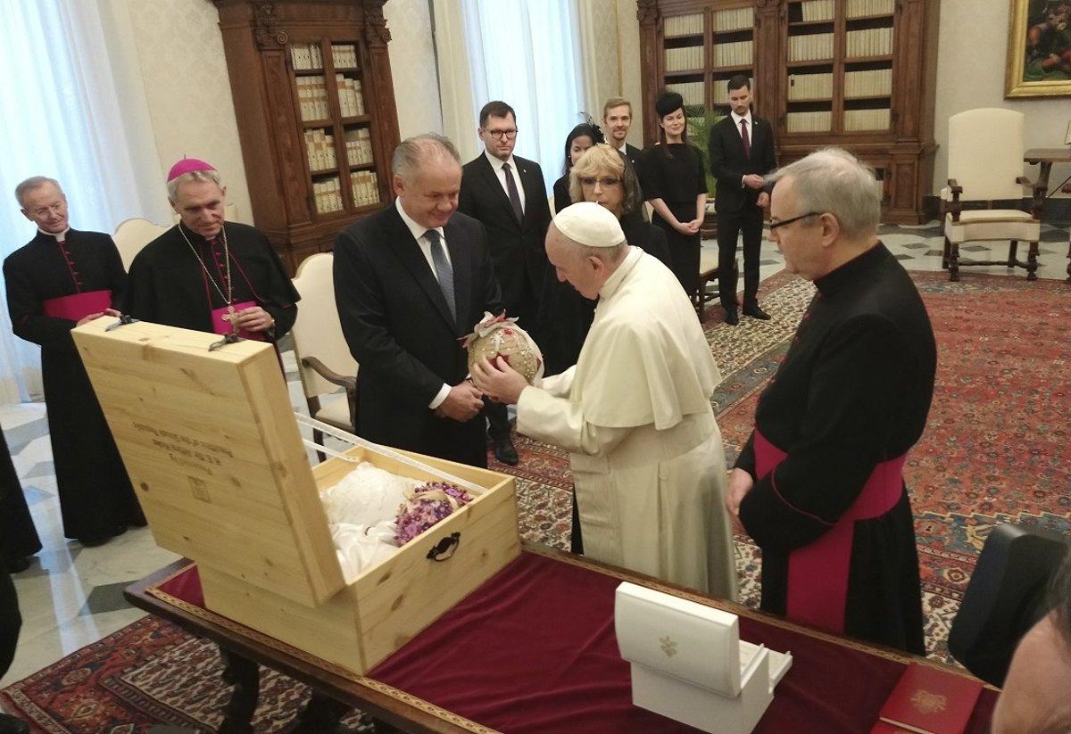 38af906d5b Andrej Kiska (tretí vľavo) odovzdáva pápežovi Františkovi dar zo Slovenska  - štyri vianočné gule