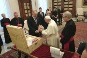 Andrej Kiska (tretí vľavo) odovzdáva pápežovi Františkovi dar zo Slovenska - štyri vianočné gule, ktoré vyrobili ľudia zo sociálne znevýhodnených skupín.