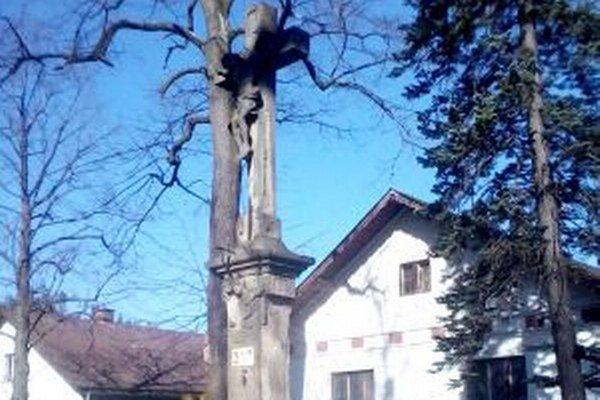 Kríž na ulici Pod Lipami je súčasťou hrádockej trasy pamätihodností.