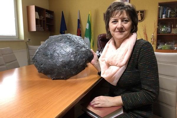 Starostka obce Lenartov Jana Bľandová s maketou meteoritu.