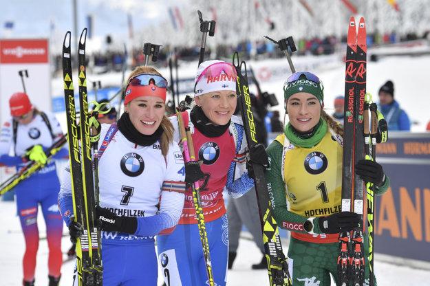 Na snímke zľava druhá v cieli slovenská biatlonistka Paulína Fialková, víťazka Kaisa Mäkäräinenová z Fínska a tretia Dorothea Wiererová z Talianska v stíhacích pretekoch 2. kola Svetového pohára žien v rakúskom Hochfilzene v sobotu 15. decembra 2018.