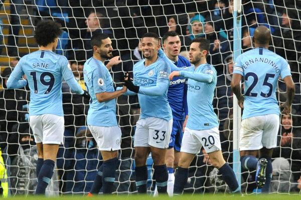 Hráči z Manchestru City sa radujú z víťazstva nad Evertonom.