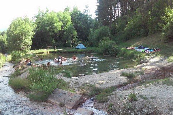 Okolie jazierka obec vlani upravila, vymenili aj rúru, z ktorej vyteká voda. Návštevníci si pochvaľujú.