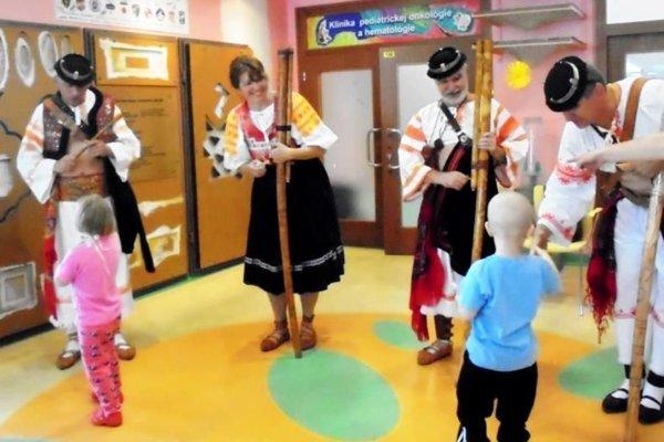 Detičky sa prišli folkloristom za krásne vystúpenie poďakovať.
