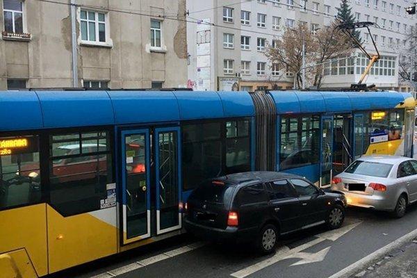 Dopravný podnik musel zabezpečiť náhradnú dopravu.