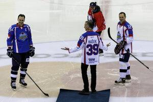 Zľava Miroslav Šatan, Dominik Hašek a Peter Bondra pred úvodným buly.