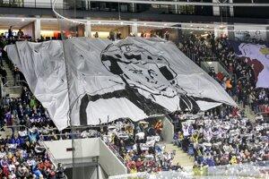 Veľký transparent fanúšikov.