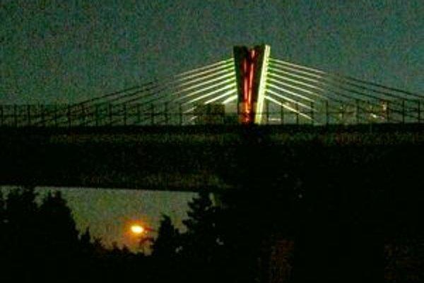 Včera večer na diaľničnom pylóne pri Šibeničnom vŕšku v Považskej Bystrici skúšali osvetlenie.