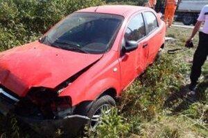 Opitý vodič skončil s autom v priekope.