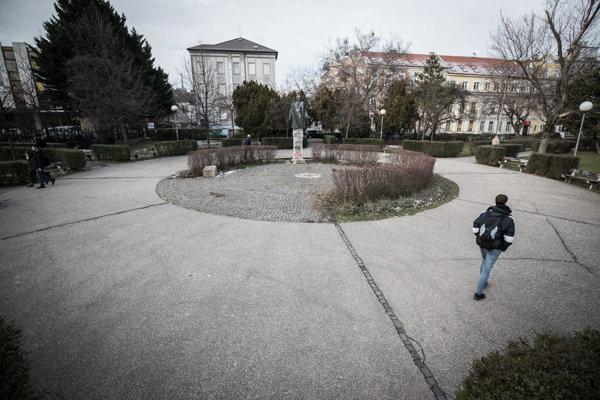 Parčíku desaťročia po páde totality dominuje socha komunistu.