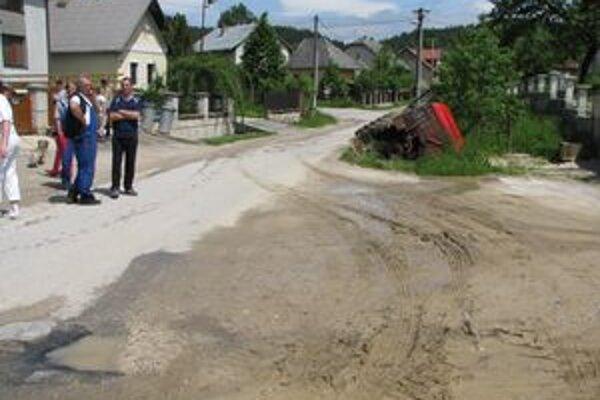 """Traktor aj s vodičom napokon """"pristáli"""" v potoku."""
