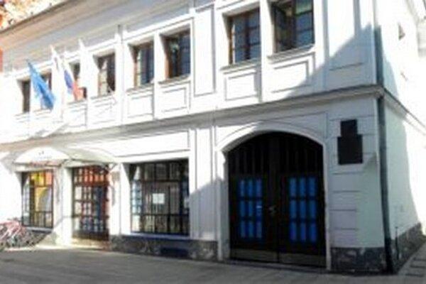 Poisťovňa sídli vbudove, ktorá je národnou kultúrnou pamiatkou.
