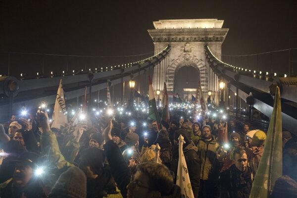 Demonštranti prešli v Budapešti od budovy parlamentu cez Reťazový most k sídlu hlavy štátu v Sándorovom paláci.