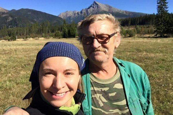 Erika Benková pre kariéru odkladala návštevu domova niekoľko rokov. Po návrate do rodiska žiarila šťastím, užívala si každú chvíľu s blízkymi (na fotografii s otcom) a v prírode.