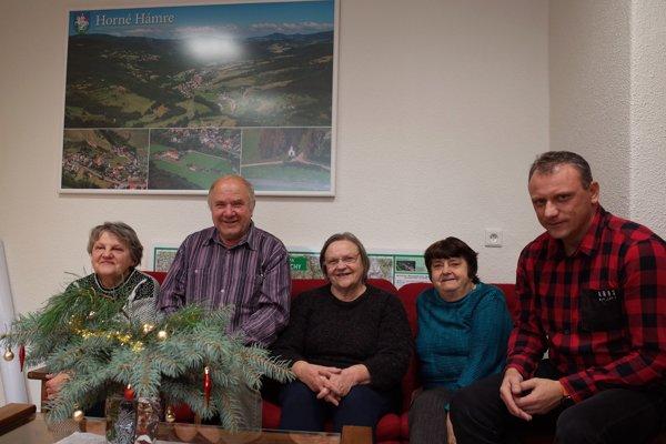Časť členov speváckeho zboru Zvončeky so starostom obce Horné Hámre.