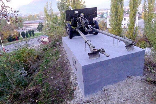 Na Skalkách na Bystrickej ceste stojí pamätník s delom od roku 1965.