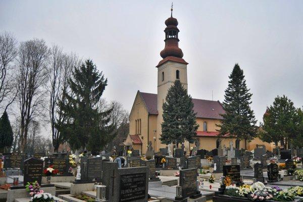Kostol s cintorínom v obci Špačince.