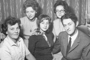 Doktor Mika v mladosti so svojou rodinou.