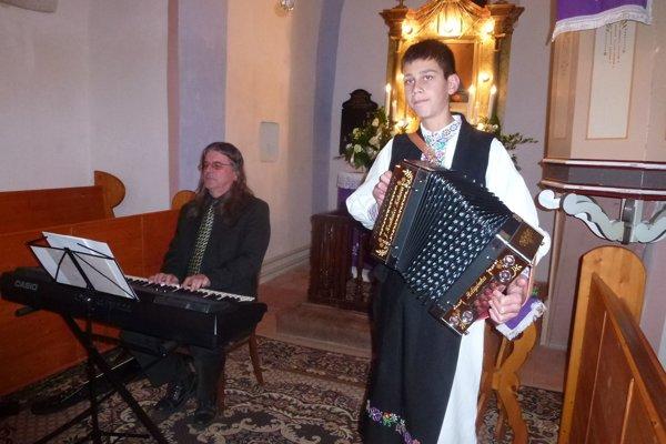 Takto si muzicírovali a spievali pred Vianocami v evanjelickom kostole.