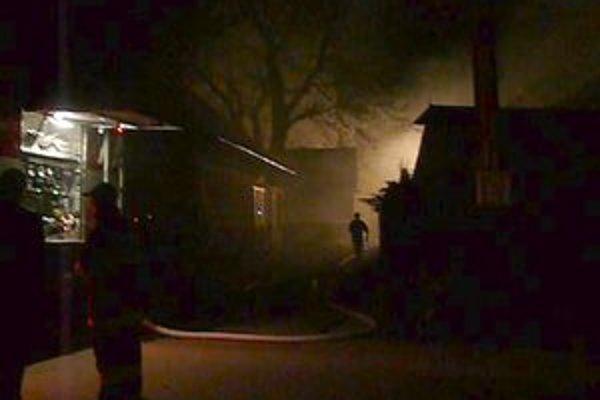 Hasiči zasahovali pri požiari v centre obce husto zastavanom práve drevenicami.