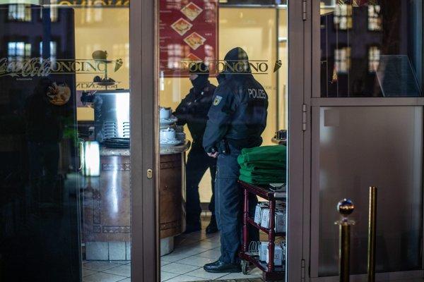 Nemeckí policajti počas razie proti členom talianskej mafiánskej organizácie 'Ndrangheta v kaviarni v nemeckom meste Duisburg 5. decembra 2018.