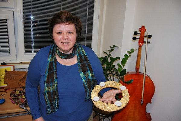 Hudobníčka Eliška Magálová pečie vianočné ozdoby.