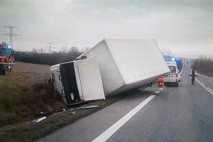 Kamión sa prevrátil.