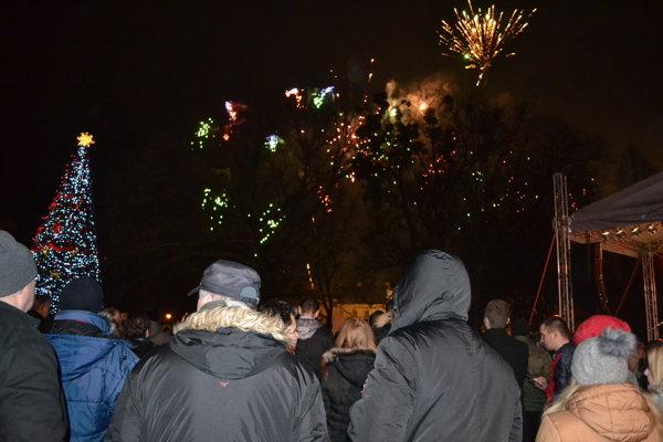 Prelom rokov vítajú Humenčania na námestí už tradične ohňostrojom.