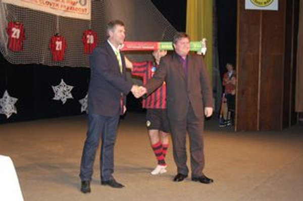Spečatili partnerstvo klubovNa fotografii vľavo Peter Pekara z MŠK Žilina a Milan Mikušiak z MFK Tatran.