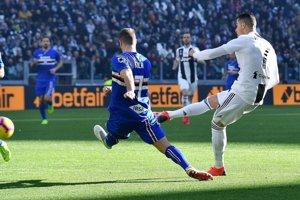 Cristiano Ronaldo strieľa gól.