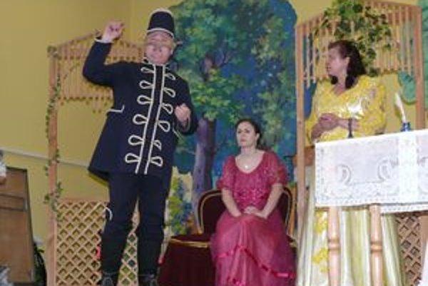 Vľavo Ján Behro ako husár Pišta, v strede Zuzka Vondrová ako grófka Erzika Hrabovská a vpravo Františka Tarabová ako učiteľova dcéra Miluška.