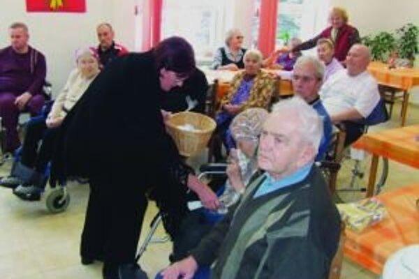 Klientom zariadenia dobre padlo aj porozprávať sa s členmi jednoty dôchodcov v Závažnej Porube. Dostali od nich aj darčeky k Vianociam.