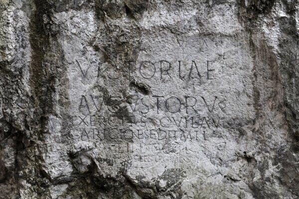 Nápis na hradnej skale v Trenčíne vytesali v roku 179 na pamiatku víťazstva II. rímskej légie nad Germánmi pri Laugariciu, dnešnom Trenčíne.