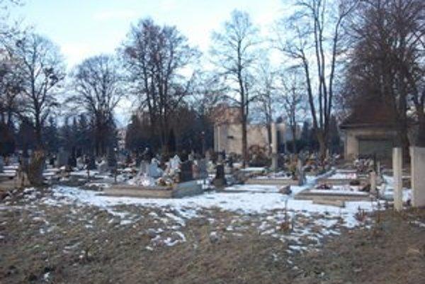 Na Vrbickom cintoríne chýba z východnej strany oplotenie.