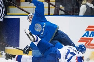 Dmitrij Mitenkov (v modrom) padá po súboji s Milošom Kelemenom.