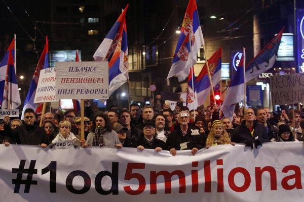 Demonštranti v uliciach Belehradu.