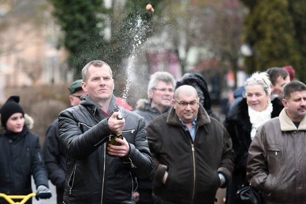 V poradí 19. ročník recesistickej súťaže v streľbe zátok z fliaš šampanského.