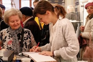 Autorka Lucia Krchnáková podpisuje novú knihu o čipkárskych školách v Kremnici a okolí.